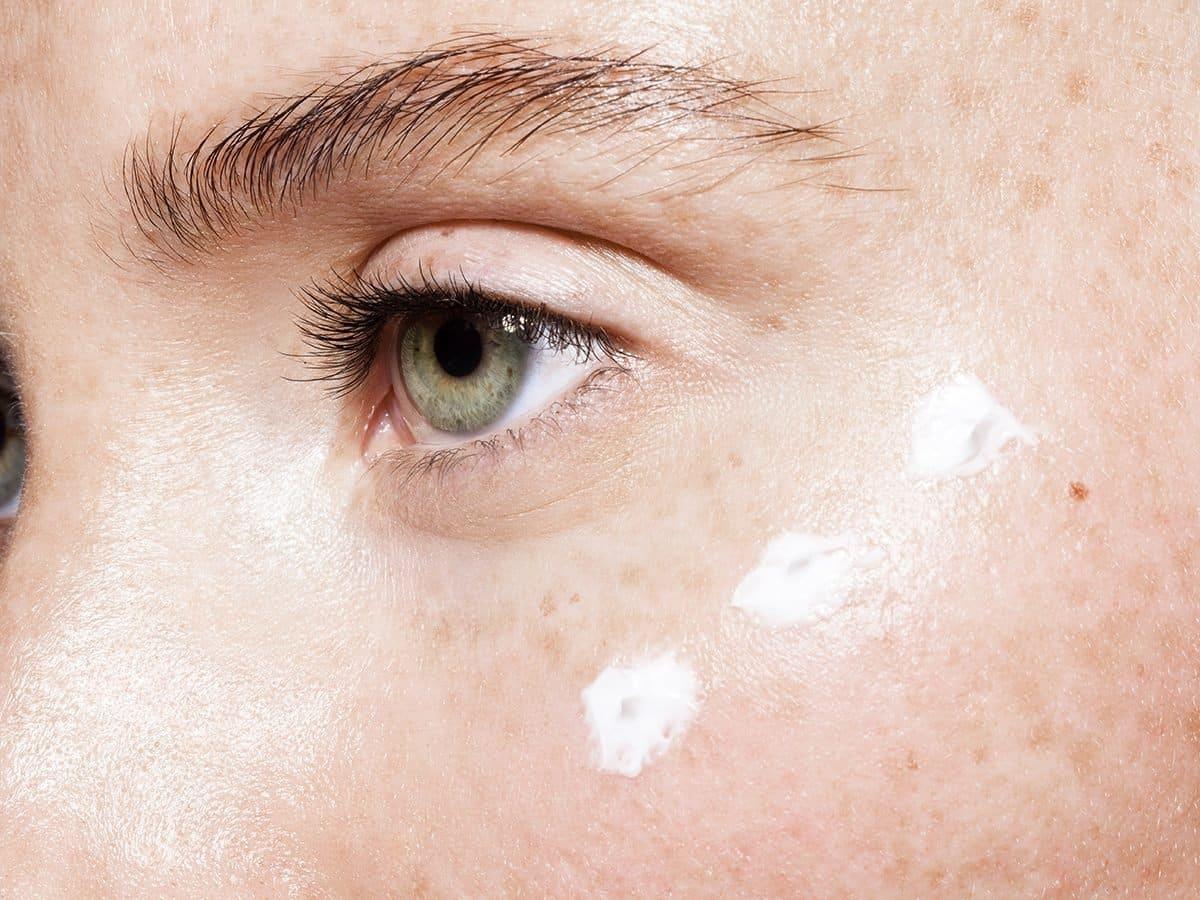 Comment traiter la zone des yeux?